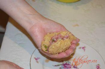 Лепим   цеппелины: на руку выкладываем небольшое количество картофельной массы,