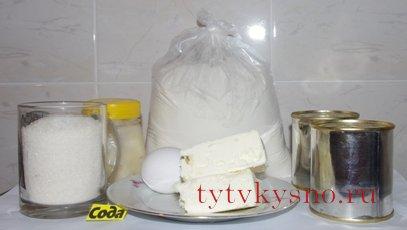 """Медовый торт """"Рыжик"""" Ингредиенты:  100 гр сливочного масла     2-3 ст ложки меда ( мед я взяла липовый, и поэтому коржи получились светлыми, в случае с другим медом - коржи у вас получатся золотисто-коричневые)     1 стакан сахара     1/2 ч.ложки соды     щепотка соли     2 яйца     мука 2-3 стакана (тесто должно быть средней густоты )    150 гр. сливочного масла+1,5 банки вареной сгущенки  или    500 гр сметаны+1 стакан сахара"""
