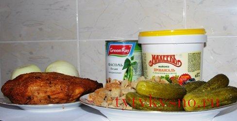 Салат с фасолью и курицей.