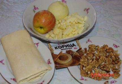 Ингредиенты рецепта: Слоеные пирожки с яблоками и корицей.