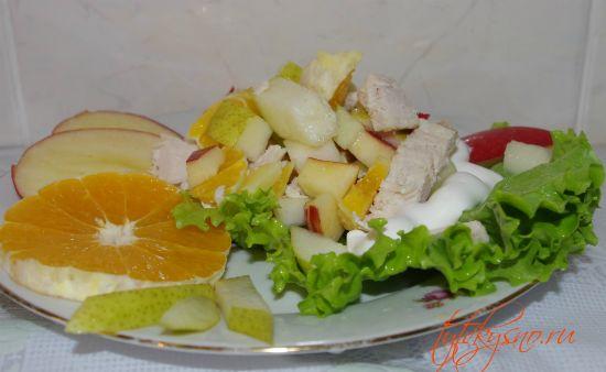 простой салат  из курицы с черносливом и фруктами.