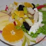 Салат  из курицы с черносливом и фруктами.