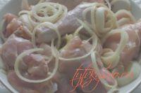 Курица с яблоками в мультиварке.:Перемешиваем курицу с луком, чесноком, специями,солим
