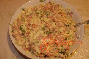 Кладем порезанные сыр, филе и зелень : Куриные оладьи с сыром на кефире.
