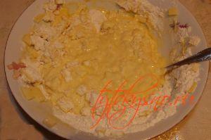 для рецепта: Куриные оладьи с сыром на кефире: В яичную смесь добавляем кефир, соль перец.  Далее, просеиваем муку и все хорошо перемешиваем.