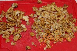 Тем временем, грецкие орехи измельчаем на четвертинки для рецепта : Пирог из слоеного теста с тыквой .