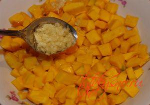 Добавляем чеснок с маслом к тыкве, перемешиваем для рецепта: Пирог из слоеного теста с тыквой .