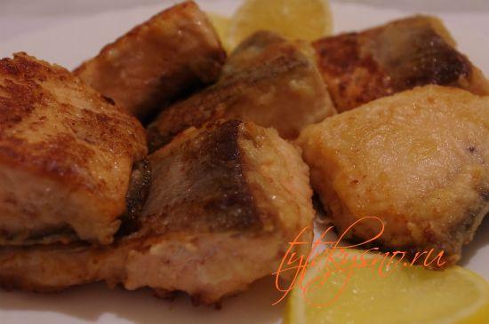 В сотейник кладем сливочное масло, разогреваем и всыпаем муку, пассируем муку, перемешивая до светло кремового оттенка, заливаем в  3-4 приема горячим рыбным бульоном, через 2-3 минуты добавляем соль, выжимаем лимон ( по-вкусу) и убираем соус с плиты.
