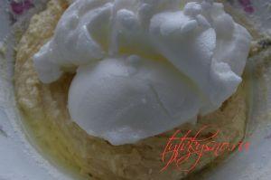 """Торт """"Птичье молоко"""" с манкой- Добавляем белки в тесто и очень осторожно перемешиваем"""
