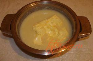 """Торт """"Птичье молоко"""" с манкой. Остужаем кашу, кладем в нее 300 гр размягченного сливочного масла и взбиваем крем."""
