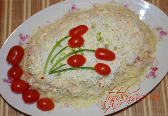 Салат из ветчины и крабовых палочек.
