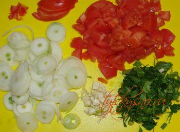 2. подготавливаем овощи для рецепта: Чахохбили из курицы в мультиварке