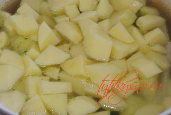 закладываем картофель для рецепта Суп пюре с брокколи
