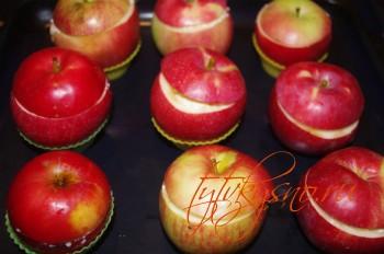 Для удобства, яблоки можно установить в силиконовые формочки
