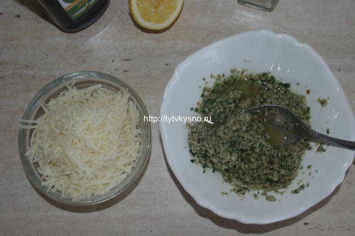 добавляем в соус песто тертый сыр
