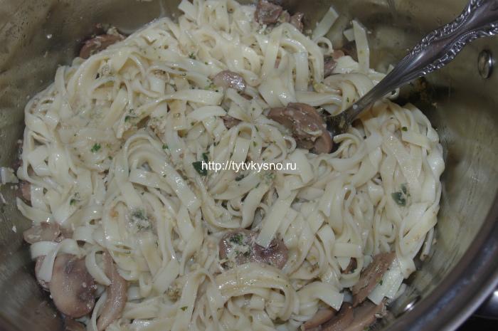 выкладываем пасту , добавляем соус песто и жаренные грибы
