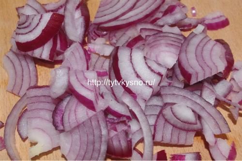 подготовка лука для рецепта салата Тбилиси