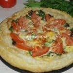Открытый пирог из слоеного теста с грибами, помидорами и сыром