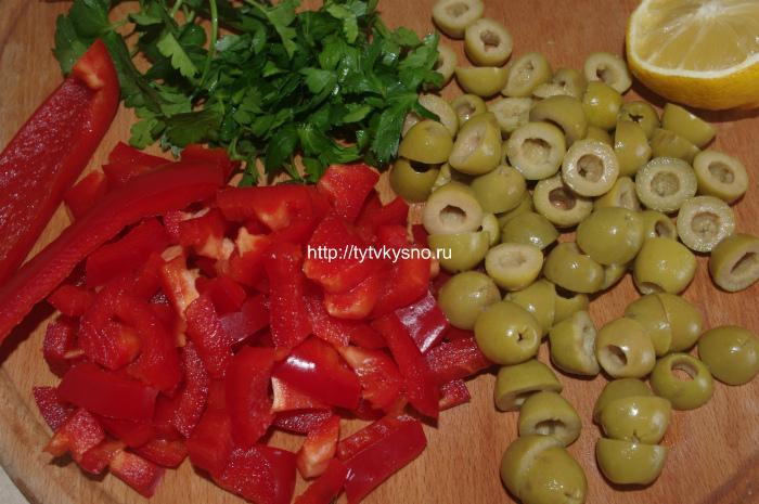 Подготовка ингредиентов: салат из капусты брокколи с оливками и болгарским перцем