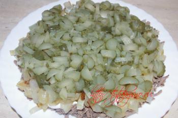 Третий слой: мелко порезанные маринованные огурцы для рецептта: слоеный салат с куриной печенью