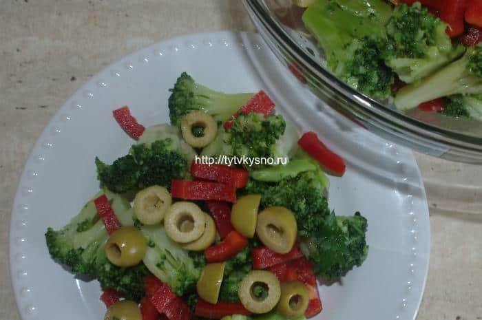 Яркий салат из капусты брокколи с оливками и болгарским перцем