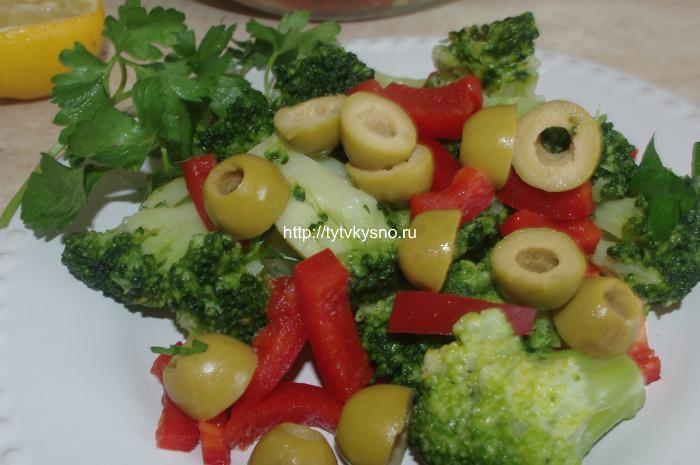 Салат для постного стола из капусты брокколи с оливками