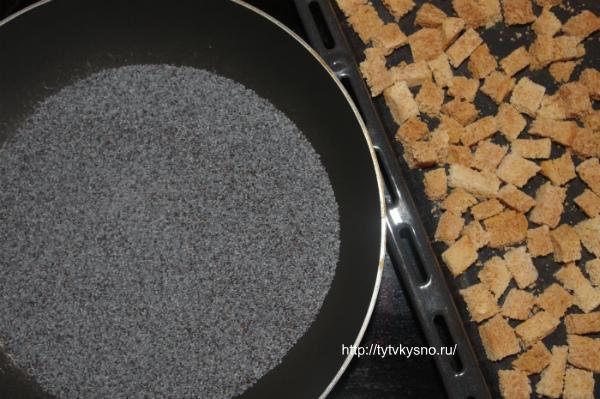 Подготовка мака и сухариков для рецепта