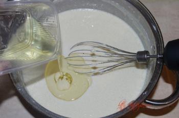 добавляем в тесто для блинов пирога масло