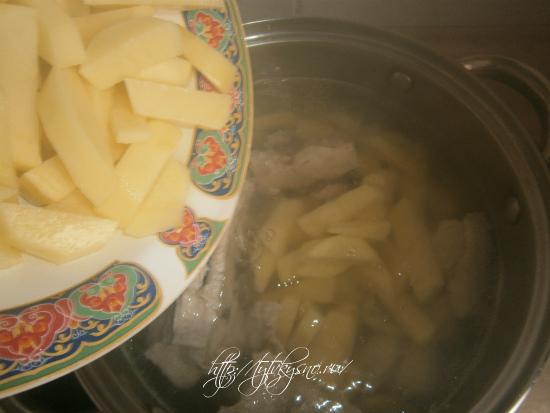 кладем в суп со щавелем картофель