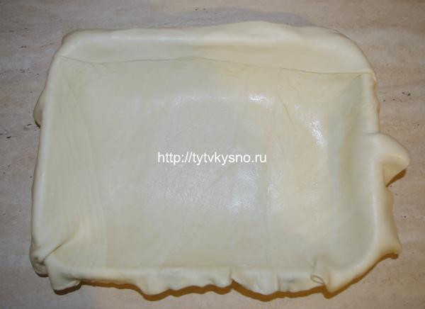3. Немного подтаевшее слоеное тесто необходимо раскатать до 4-5 мм толщиной. Я уже объясняла ранее, что раскатывать слоеное тесто необходимо в одну сторону. Далее, если ваши листы меньше размером  вашего противня, как получилось в моем случае, их надо объединить, сложив внахлест и прокатывая скалкой.