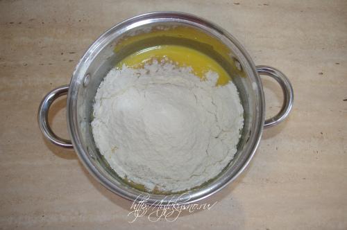 заводим тесто для рецепта:  Сливовый пирог со сметано-маковой заливкой