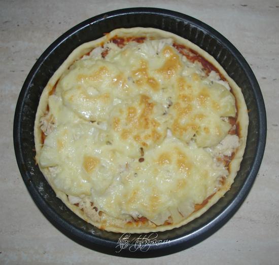 Вот такая красивая и очень вкусная пицца с курицей и ананасами получается по этому рецепту