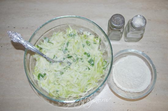кабачковые оладьи с сыром и чесноком: добавляем в тесто муку