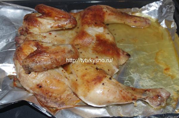 5. Готовую курицу достаем из духовки, даем немного остыть и разделываем на порционные кусочки.