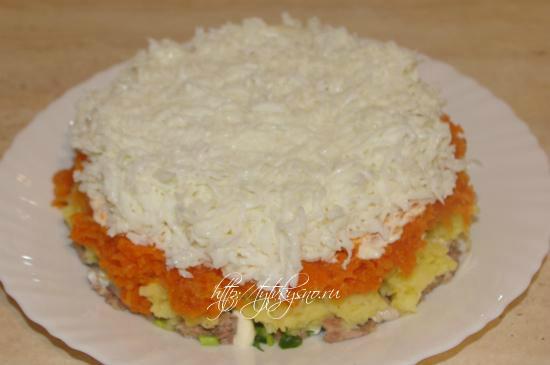 А далее можно внести слой консервированной кукурузы. Кроме того, кукурузу можно использовать для украшения салата.  Сверху кукурузы идет слой тертых белков.