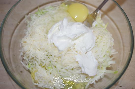 кабачковые оладьи с сыром и чесноком: кладем ложку сметаны или майонеза