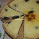 Пирог с черносливом и грецкими орехами в сметанной заливке