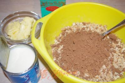 .Добавляем в измельченное печенье какао-порошок, сгущенное молоко,(либо просто сгущенное какао),размягченное сливочное масло Сладкая колбаска из печенья и какао рецепт с фото